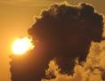 Der Rauch eines Kraftwerksschornsteines verdunkelt die Sonne