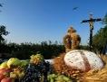 überwältigend geschmückter Ernte-Altar mit Weintrauben, Ähren und einem Brot mit Kreuz