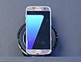 Samsung Galaxy S7 stehen dicht an dicht in einem Regal