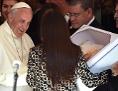 Eine Frau überreicht Papst Franziskus ein Geschenk bei einem Besuch eines Kinderspitals in Asuncion, Paraguay
