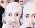 Menschen mit Shakespear-Masken