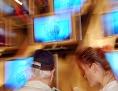 Eine Verkäuferin berät einen Kunden beim Kauf eines TV-Geräts