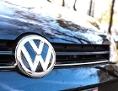 Volkswagen-Logo auf einem geparkten Auto in Wien