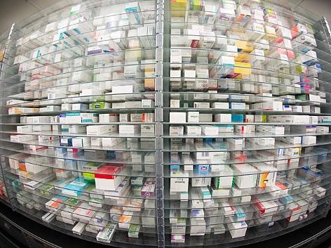 Medikamente liegen in den Regalen einer Apotheke