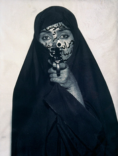 Shirin Neshat, Faceless, 1994, RC-Print und Tinte, 132,1 x 80,6 cm, Courtesy Gladstone Gallery, New York and Brussels