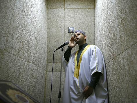 Ein Muezzin in einem schalldichten Raum (Jerusalem, Israel)
