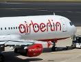 Ein Airberlin-Flugzeug wird von einem Schleppfahrzeug bewegt