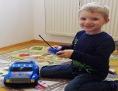 Bub mit Spielzeugauto