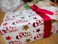 """Ein Geschenk mit der Aufschrift """"Merry Christmas"""""""