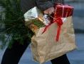 Eine Frau trägt Weihnachtseinkäufe