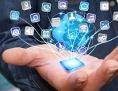 Hand eines Mannes: Darüber schwebt ein virtueller Globus - und ein Netzwerk von Internetverbindungen