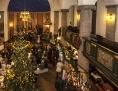 Kirche, in deren Innerem ein Weihnachtsmarkt stattfindet