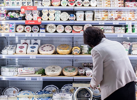 Ein Kühlregal mit Käseprodukten