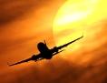 Ein Flugzeug startet vor der untergehenden Sonne