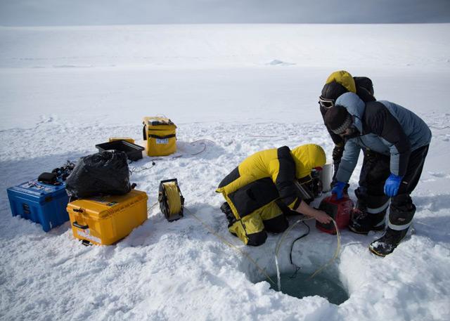 Forscher bohren ein Loch ins Eis