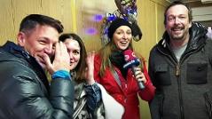 Die Moderatoren im Schlafcontainer des Ö3-Weihnachtswunders.