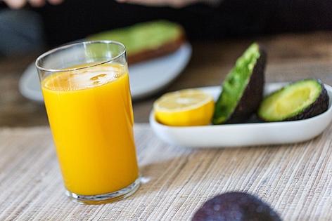 Smoothie-Glas am Frühstückstisch