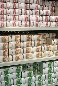 Geldschein-Bündel in einem Regal der Österreichischen Nationalbank