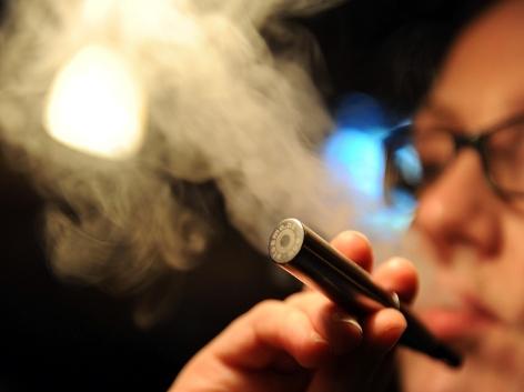 Frau dampft eine E-Zigarette