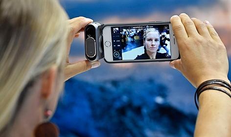 Eine Frau knipst ein Selfie