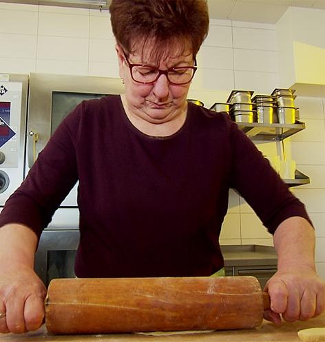 Geselchtes mit warmen Krautsalat und Strudelknödel, Köchin Frieda Fischer