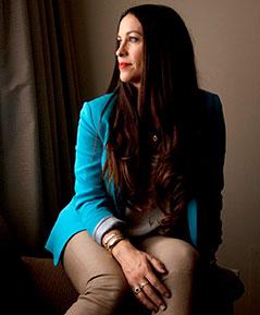 Alanis Morissette blickt aus dem Fenster