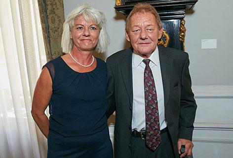 Wolfgang Ambros und Uta Schäfauer lächeln.