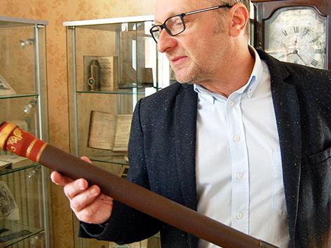 Der Astronom und Universitätsprofessor Franz Kerschbaum mit dem Nachbau eines Galilei-Fernrohres