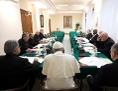 Papst Franziskus und der K9-Rat in einer Sitzung