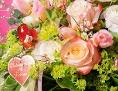 Ein Blumenstrauß mit einem Valentinstagsschildchen