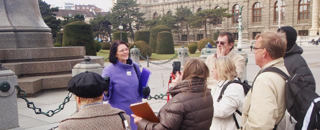 Fremdenführerin mit Touristengruppe in Wien
