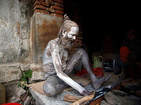 Ein Sadhu - ein heiliger Hindu-Gläubiger mit aschegefärbter Haut