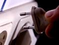 Eine Hand steckt einen Stecker in eine Steckdose