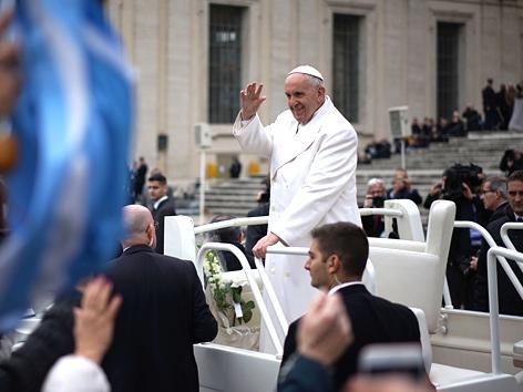 Papst Franziskus winkt aus dem Papamobil