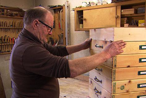 Johann Seltenhofer hobelt Schmuck für Palmbuschen