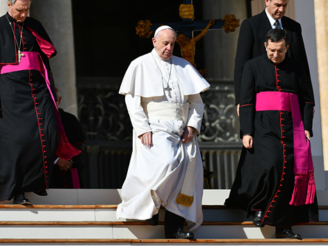 Papst Franziskus mit zwei Kardinälen