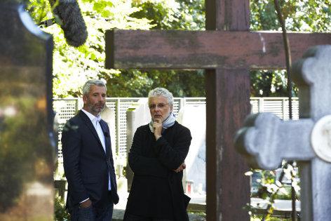 Grabgeschichten - André Heller und Dirk Stermann besuchen den Hietzinger Friedhof  Originaltitel: Die Toten von Wien (AUT 2012), Regie: Lukas Sturm, André Heller