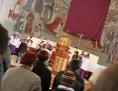 Altarbild über die Schulter der Gemeinde gesehen