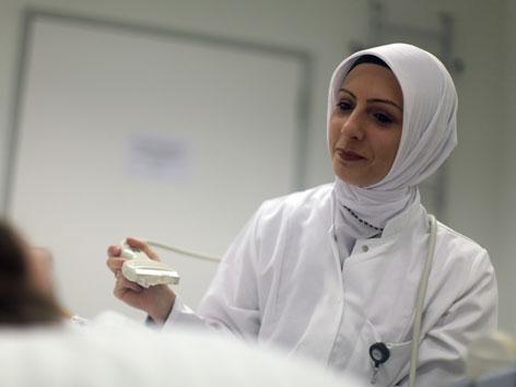 Eine Ärztin mit Kopftuch