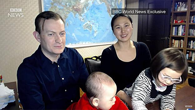 Robert Kelly gibt mit seiner Familie ein Interview