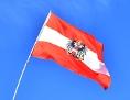 Österreich-Fahne im Wind