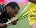 Ein Rugbyspieler zieht einen anderen von hinten am Leibchen