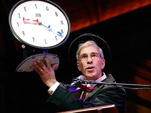 Marc Abrahams bei der Verleihung der Ig-Nobelpreise 2016 an der Universität Harvard