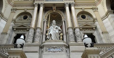 Statue der Justitia im Justizpalast