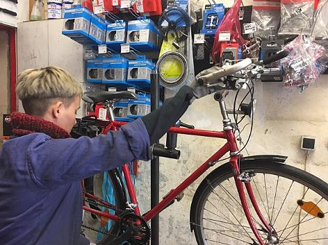 Fahrradwerkstatt, Reparatur, Mechanikerin