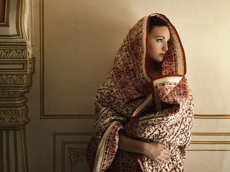 Eine Frau mit Tuch über dem Kopf und den Schultern
