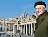 Im Bild: Kardinal Joseph Ratzinger auf dem Petersplatz. Inter-City Spezial Papst Benedikt XVI - Mein Vatikan