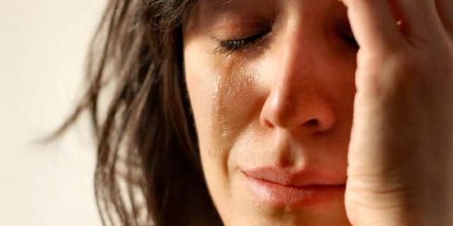 Frau mit verweintem Gesicht