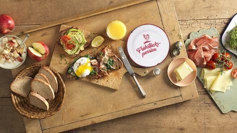 reich gedeckter Frühstückstisch in der Ja! Natürlich Frühstückspension