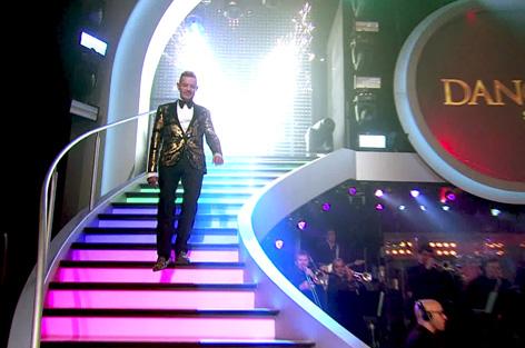 Dirk Heidemann kommt die Dancing-Stars-Treppe runter